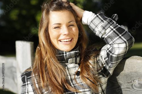 Glückliche Frau beim Spaziergang in der Natur