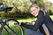 Junge Frau mit Fahrrad-Luftpumpe
