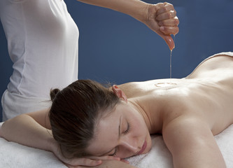 warm oil dropping for ayurveda abhyanga massage