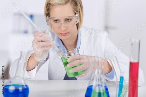frau arbeitet im labo