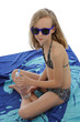 fillette de 11 ans bronzant avec bouteille d'eau