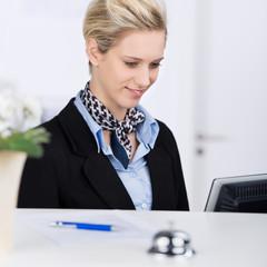 servicemitarbeiterin schaut auf computer