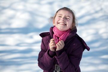 Portrait eines kleinen Mädchens im Winter