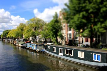 Hausboote in Amsterdamer Grachte
