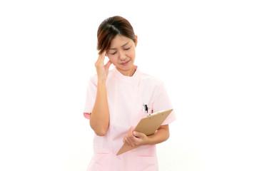 頭痛に苦しむ看護師