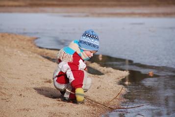 Kind entdeckt das Eis auf dem See