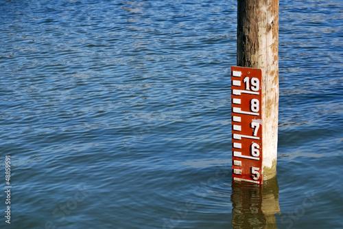 Leinwandbild Motiv Anzeige Pegelstand Hochwasser