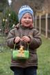 Kind freut sich über Osterkörbchen