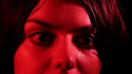 ragazza terrorizzata con occhi sbarrati