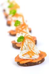 Pumpernickel mit Kräuterfrischkäse und Karotten