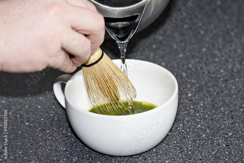 Matcha Tee aufgießen