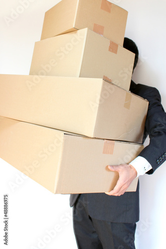 carrying cardboard boxes 引越し 過労