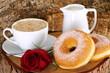 Ciambelle con latte e cappuccino