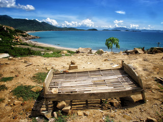 Zerstörtes Bett am Ozean