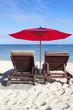 fauteuils de plage et parasol sur plage, île Maurice