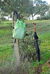 Equipo del excursionista, mochila y paraguas