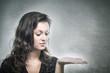 Junge Frau betrachtet ihre leere Handfläche