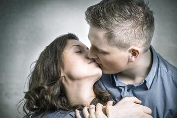 Junges Pärchen küsst sich