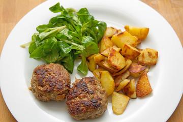 Frikadellen mit Bratkartoffeln und Feldsalat