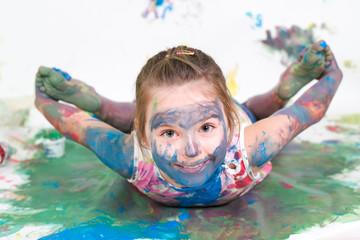 Mädchen spielt mit Fingerfarben
