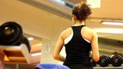 ragazza in palestra si allena coi pesi