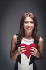 Frau mit Valentinstagsherz