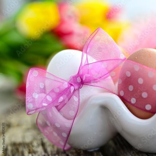 Frühstücksei mit rosa Schleife