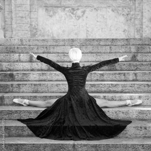 mloda-piekna-balerina-z-czarnej-dlugiej-sukni-pozowanie-na-pincio