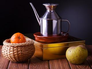 bodegón con fruta y una jarra de aceite