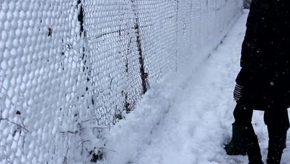 ragazzi giocano con la neve in inverno