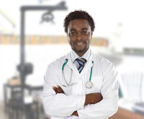 Heureux médecin africain à l'hôpital