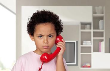 Colère enfant avec le téléphone rouge