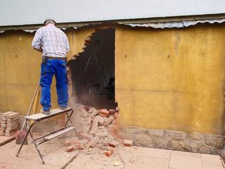 Handwerker beim Wanddurchbruch