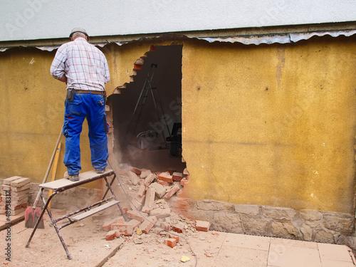 Fototapete handwerker beim wanddurchbruch fototapeten for Poster wanddurchbruch