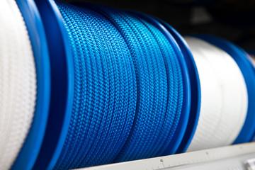 Blaues Seil auf Rolle im Baumarkt #bn