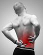 Homme se tenant le dos à cause de la douleur