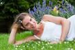 Junge Frau auf einer Wiese liegend