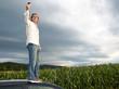 Mann steht auf Autodach ohne Netzabdeckung