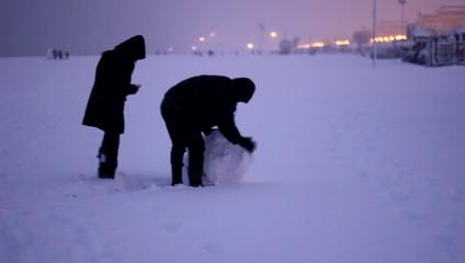 ragazzi giocano a palla di neve in inverno