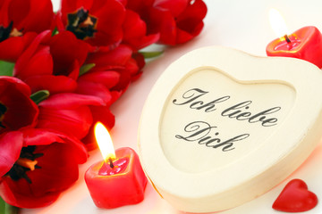 Valentinsgruß mit roten Tulpen
