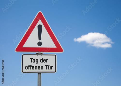 Achtung-Schild mit Wolke TAG DER OFFENEN TÜR