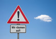 Achtung Schild mit Wolke WIR RÄUMEN AUF!
