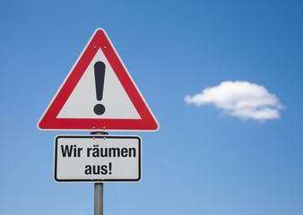 Achtung Schild mit Wolke WIR RÄUMEN AUS!