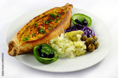 Pide with cheese and salad - Pide mit Käse und Salat