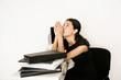 Geschäftsfrau betet am Arbeitsplatz