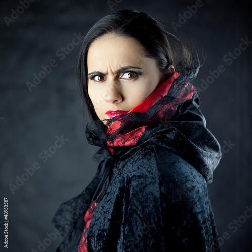 Gniewne spojrzenie pięknej młodej kobiety