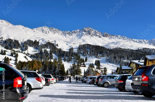Parkplatz Wintersportort - 48953952