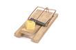 gespannte Mausefalle mit einem Käsewürfel  als Köder
