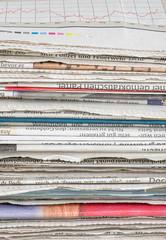 Nahaufnahme eines Zeitungsstapels