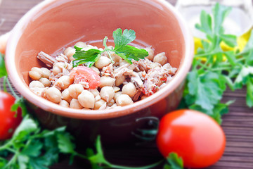 Chickpeas tuna and tomato (three quarters view)